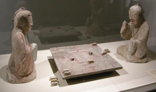 六博に興ずる人を描いた後漢の陶俑 wiki
